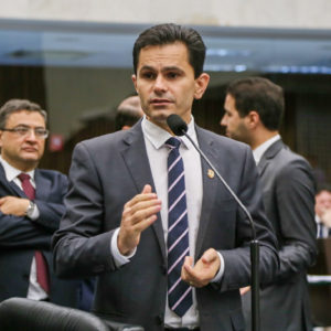 Deputado Pacheco denuncia reajuste abusivo na conta de água da Sanepar